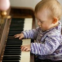 Peuter aan de piano